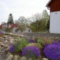 Utsikt mot Gårdshuset och  Stallet på Stakaberg Gårdshotell och B&B i Holm nära Halmstad och Tylösand