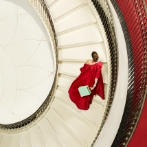 Clive arrowsmith Lady i Red on the Stairs