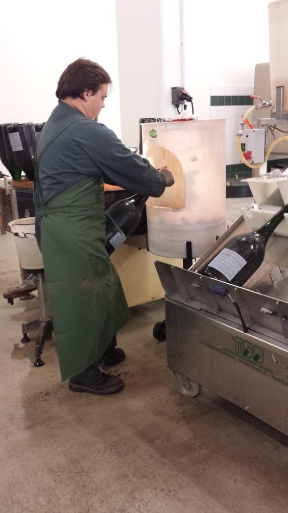 Degorgera-Här skjuts den frysta delen bort på dubbla Magnum buteljerna (Jeroboam)