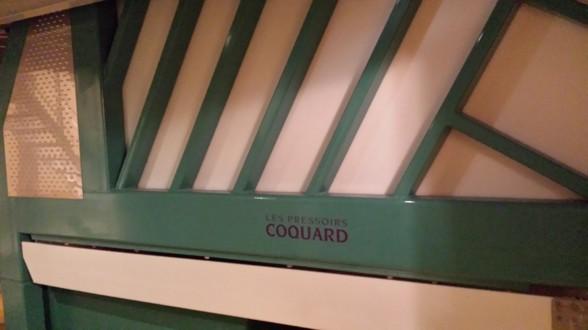 Modern vertikalpress för druvor hos Tarlant.