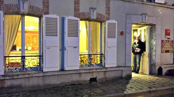 Bedårande fönsterluckor alá Aÿ och vackra franska balkonger pryder Castel Jeanson.