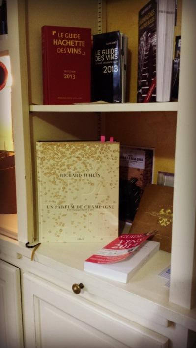 Richard Juhlins nya bok på franska möter oss i entrén.
