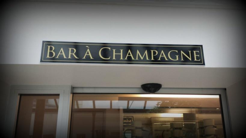 Läget är alldeles perfekt! Bredvid restauranger och Moëts vinkällare. I direktanslutning till hotellet ligger en mycket trevlig champagnebar med stor vinkällare, med allt från stora till små Champagnehus.