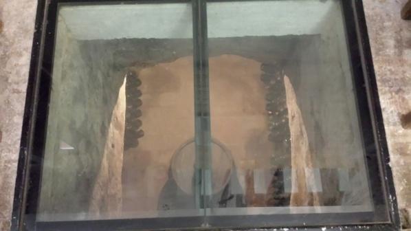 Golvet av glas med sikt ner över delar av Champagnekällaren,. Of course är det fejk i buteljerna, då innehållet annars skulle skadas av solljuset.