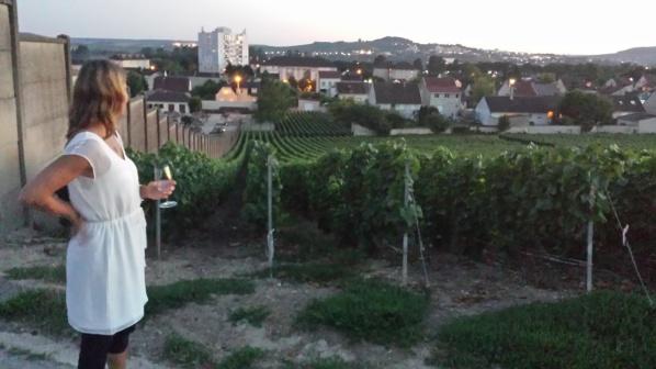 Anna beundrar vyn..självklart med skumpa i handen