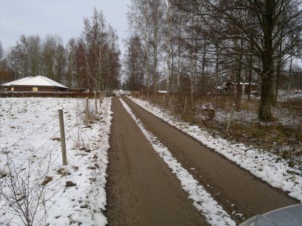 Vägen upp mot Ängarås. Fastigheten Ängarås 3:3 med villan väl anpassad till naturen på vänster sida. Foto Kent Friman, 2013-nov, copyright och med publiceringstillstånd från ägarna