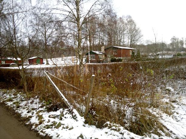 På höger sida Källängen utmed vägen på tidigare Ängaråsmark. Foto Kent Friman, 2013-nov,  copyright och publiceringstillstånd från ägarna