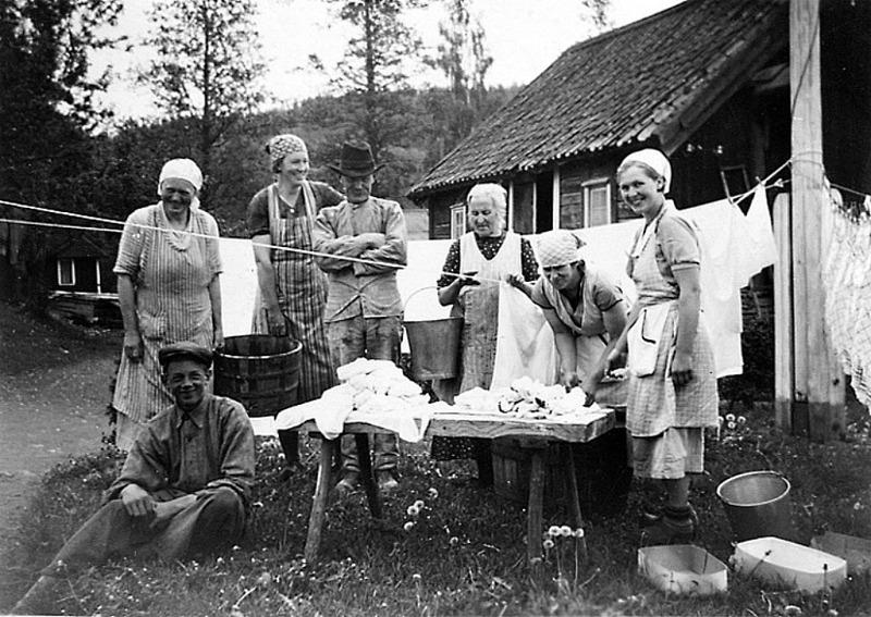 C. 2 (2) Endast digital bild! Tvätt vid Billekvarn - delvis samma personer, dvs från höger stående; Frida Anderssson, Tyra Ullberg, mjölnare Otto Gustafsson, fru Gustafsson och de två okända. Insatt av Kent Friman, 2014-02-26. Läs mer på www.ljungstorpshistoria.se - A. 8 a Pickabacken!