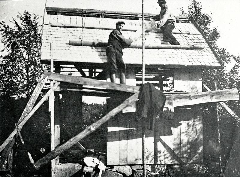 C. 5 (2) Brygghusbygge i Sanbäcken år 1920. Bor och Albert Ullberg på taket. Insatt av Kent Friman, 2014-02-26. Läs mer på www.ljungstorpshistoria.se!