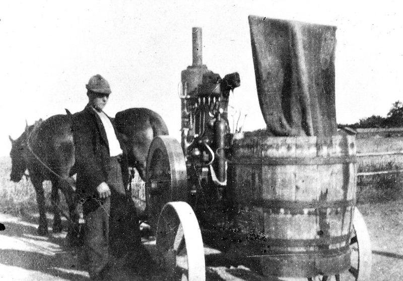 """C. 11 Magnus Gustafsson (""""Magnus på Blomberg"""") med råoljemotor som kördes omkring i bygde för att driva tröskverk, mm, 1930-talet. Insatt av Kent Friman, 2014-02-26."""