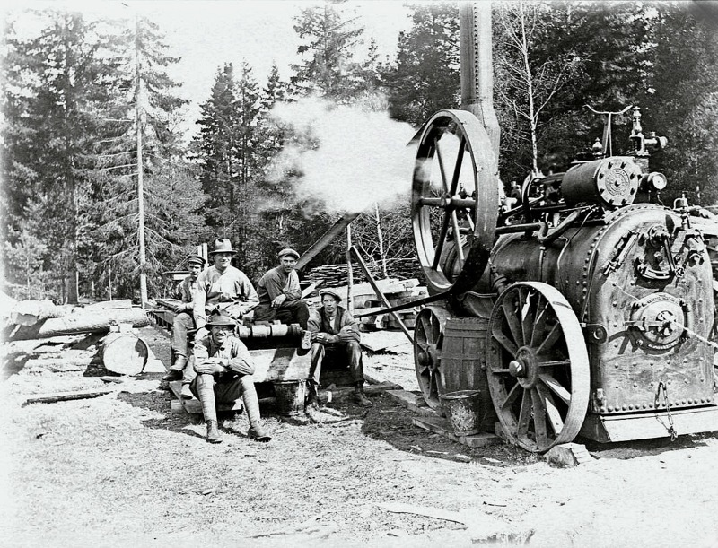 C. 12 (2) Lokomobil som kraft för Gustav Andersson och sonens ambulerande sågverk. Sonen Allan Ståheim längst fram till vänster. 1922. Insatt av kent Friman, 2012--02-26.