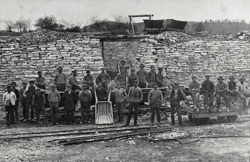 C. 16 (1) Arbetslag i Ulunda kalkbrott omrking 1920. Bilden är tagen framför en ugn norr om bäcken. Den s.k. Hammarsbacken syns därbakom. Insatt av Kent Friman, 2014-02-26.