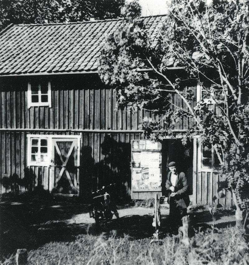 C. 18 (2) Bild tagen från SAJ-spåret med Knuts verkstad på Gärdhem.  Magasinet brann ner och inget uthus fanns kvar efter branden 1979.Insatt av Kent Friman, 2014-02-26. Läs mycket mer på www.saj-banan.se!