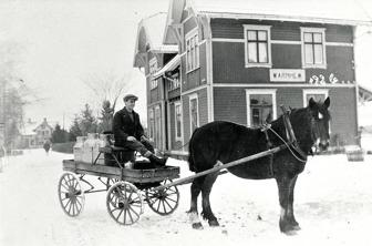 C. 8 (1) Hålltorps mejeriskjuts vid Varnhems Järnvägsstation år 1926. Kusk Georg Lindström. Klicka på bilden för större bild! Bild finns  också nedan!