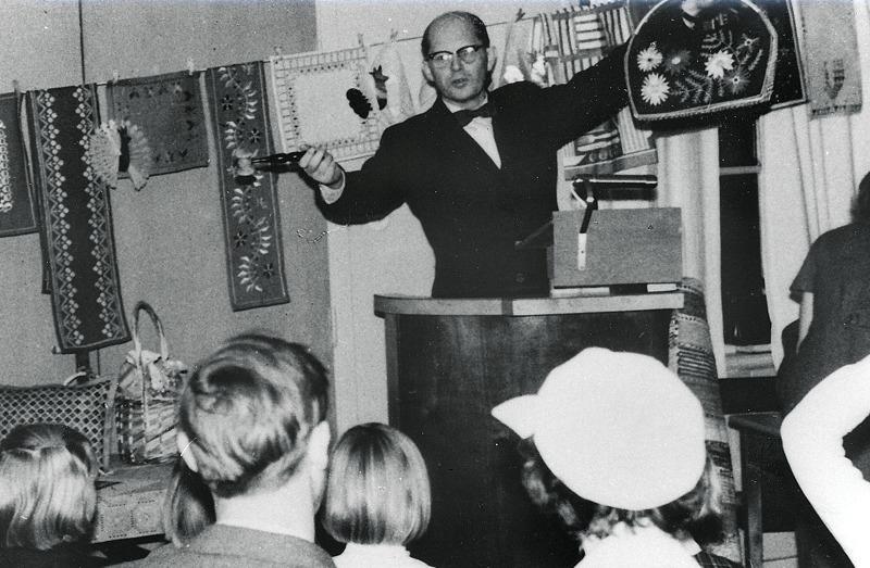 D. 20 (1) Syföreningsauktion i Varnhems gamla församlingshem någon gång under 1960-talet. Utropare är kyrkoherden Harald Bjurklo. Insatt av Kent Friman, 2014-02-27.