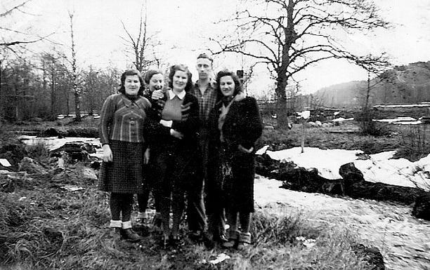 Bild från Helena Bromér, 2014, dotter till Iris Bromér, född Ohlsson. Dotter till Karl Ohlsson, Storekullen. På bilden längst till höger.