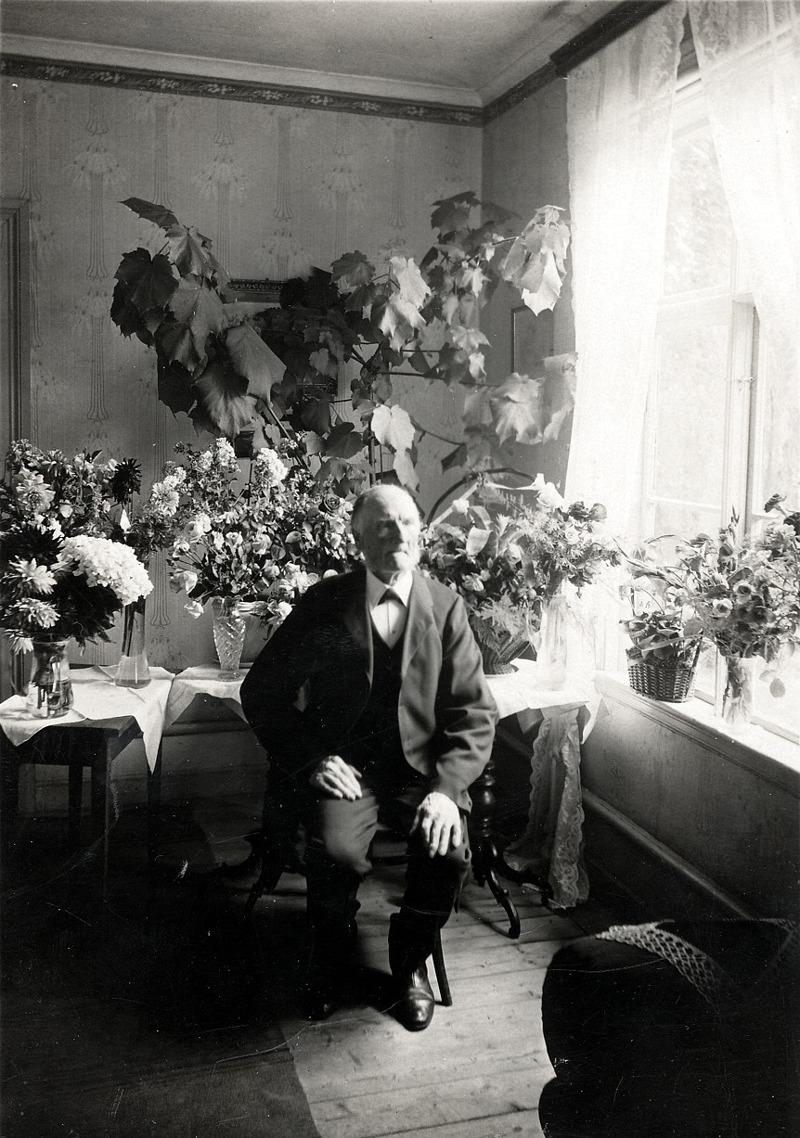 G. 1 (1) Per August Pettersson, Hålltorp, född 21/9 1837 och död 15/1 1936 (99 år gammal). Här troligen 90-årsgratulationer. Insatt av Kent Friman, 2013-03-05. Läs mer på www.ljungstorpshistoria.se! Klicka på bilden för mindre bild!