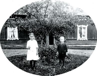 Greta och Harald Persson framför barndomshemmet Simmesgården 1920. Klicka på bilden för större bild. Bilden finns också nedan!