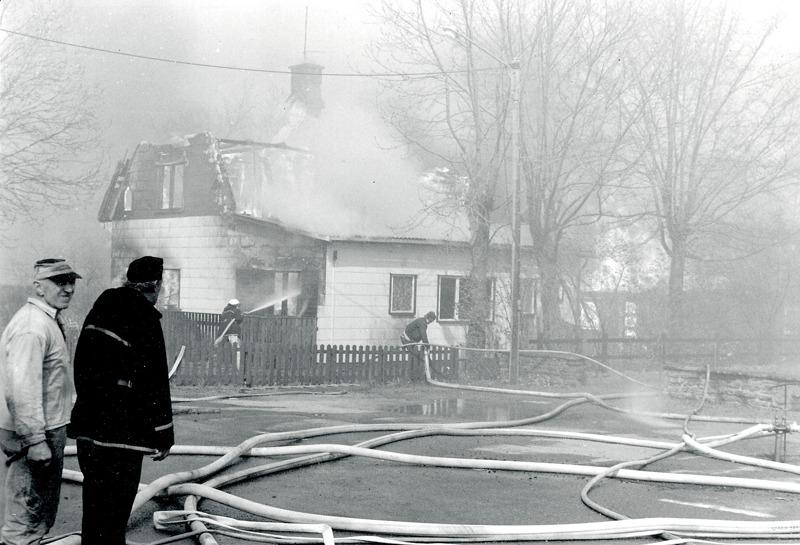 I. 2 (2) Stora insatser krävdes för att hålla ner elden - men inget hjälpte i den starka vinden! Foto Bo Ramviken. Insatt av Kent Friman, 2014-03-05. Läs mer på www.saj-banan.se!