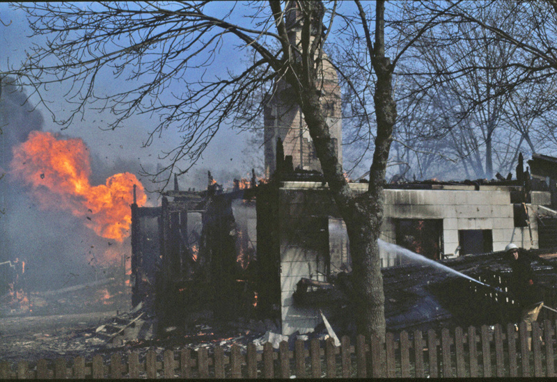 I. 2 (5) Uthusen brinnner nu också fullständigt ner. Bild Margareta dahlin, Varnhem - copyright. Insatt av Kent Friman, 2014-03-05. Läs mer på www.saj-banan.se!