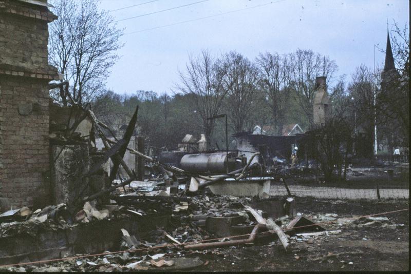I. 2 (6) När elden gjort sitt återstår inte mer än rester av Runhem och dess byggnader. Bild Margareta dahlin, Varnhem - copyright. Insatt av Kent Friman, 2014-03-05. Läs mer på www.saj-banan.se!