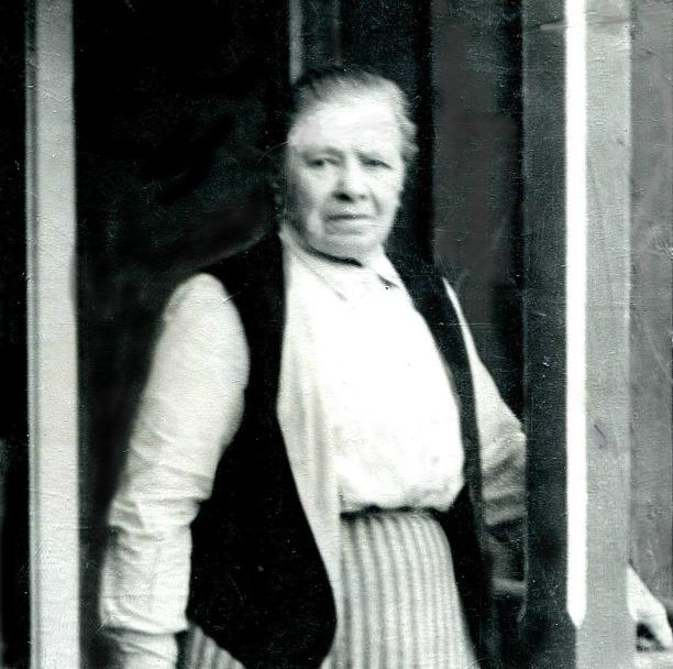 Bild från Gunborg Ferms samling, Ljungstorp, 2014. Foto från 1940 på verandan till Flinkebacken.