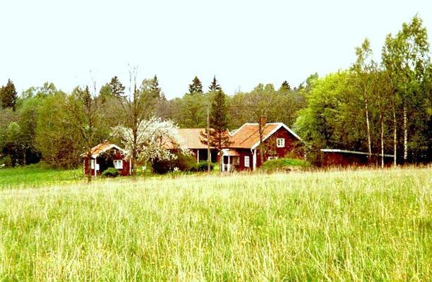 Altorp 1990-tal. Hus och ladugård på bilden byggda 1925. Foto från Gunborg Ferms samling, Ljungstorp, 2014.