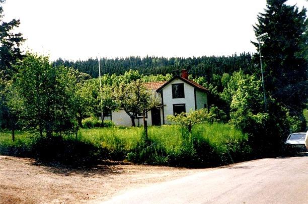 Vadet början av 1960-talet fortfarande med liggande panel som påsattes av Wernlund (se nedan!) under 1910-talet efter Amerikanskt ideal. Huset tillbyggt i olika omgångar. Foto Gunborg Ferm, Ljungstorp - från samlingen 2014.