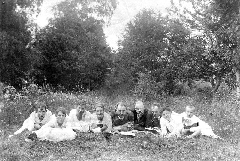 G. 41 Endast digital bild. Bild ur familjealbumet. 1920 vid Himmelskällan. Bild från Gudrun Ramviken, Sörgården, 2014. Insatt av Kent Friman, 2014-04-07.