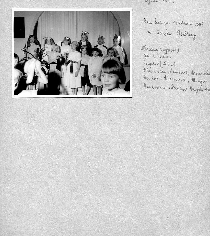 Sid 6. (1957) Bakre rad fr vä; Kerstin Hellner, Lilla Ulunda, Margit Lindh, Björsgården, Eva <<<hermansson, Fiskaregården, Lennart Strömberg, Björsgården 2, Hasse Eriksson, Runhem och Åke Haraldsson, Simmesgården. ...... Främre raden fr vä; Agneta Olsson, Stationen, Majvor Eriksson, Runhem, Kerstin Lann, Lindåkra, Margita Bjurklo, Prästgården och Karin Lindahl. Skymtar i hö kant; Kent Friman, Lillhem, margit karlsson, Solhem och Ulla Lann, Lindåkra. Inskrivet av Kent Friman, 2014-05-27.