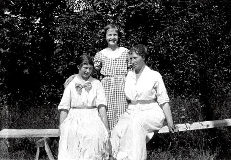 G. 58 Endast digital bild. Mamma Hilda och Margit i Varnhem 1915 i bersån. Bild från Gudrun Ramviken, Sörgården, Varnhem, 2014. Insatt av Knet Friman, 2014-04-26