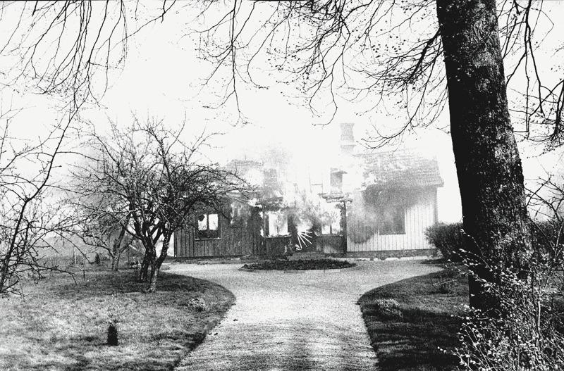 I. 9 Endast digital bild. Ulfsgården 'sprängs' av eld! Foto Bo Ramviken. Bild från Gudrun Ramviken, Sörgården, Varnhem, 2014. Insatt av Kent Friman, 2014-04-27
