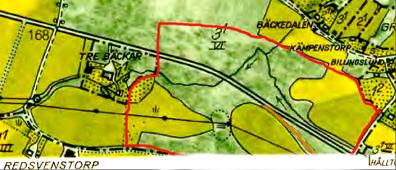Stenhammars ägor märkta rött å 1960 års karta samt 1877 års väg med brunt (KF). Vägen kom som nybyggd på 1870-talet hamna mycket nära gårdstunet för Stenhammar, vars bygg- nader försvann vid den tiden