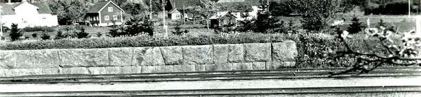 Lastkajen för gods vid Varnhems station. Enligt uppgift kan den vara byggd av den stora stenen vid torpet Sten, under Hålltorp - se text nedan! Bild Stina Johanssons album, Gamla Stationshuset, 2014