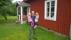 Pappa och barn framför verandan