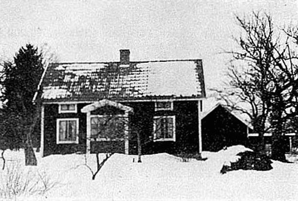 Huset med entré-sidan vänd mot landsvägen.