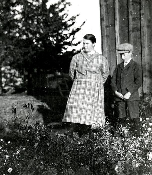 Mor Anna och sonen Nils. Bild från Kerstin Lidberg, född Lann, Björkedalen, Ljungstorp, 2014