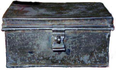 Detalj från bild ur Verna Anderssons samlling, Ljungstorp, 2014. Skrinet visat av Gunnar Andersson - den siste banvakten i Ljungstorp.