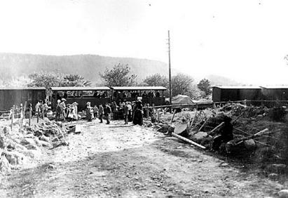 Axvallståget har stannat mitt över vägen för att släppa av Egnells gäster 1906.
