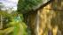 En tillbyggd längre ursprunglig ladugård med gavel mot vägen