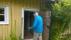 Arne går igenom ladugårdsdörren