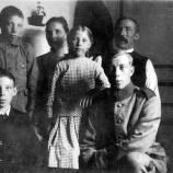 Mormor Maria Elisabeth, morfar Errik Amandus  Andersson med söner och dotter