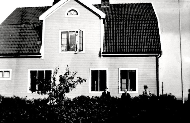 Hus från Jons Månsgård, Carlshem, Skultorp - ett sista hem för Frans Gustaf och hans hustru Maria. På bilden troligen Frans Gustaf och Maria 1931, strax före hennes död. Vid den tiden hade de också en inneboende i Ejnar Hjalmar Alexin Andersson, född i Varnhem 1906 27/9  - resepredikant som flyttar in 1930 från Säter och vidare till Kalmar 1931.