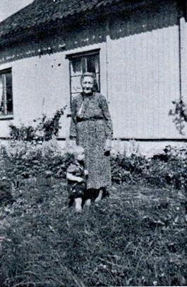 """Mor Hilda i trädgården med """"besöksdam"""". Bild från Varnhems-bygden 1996."""