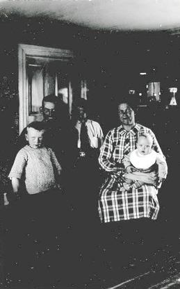 Bild av familjen Hofling 1930 i Skånings Åsaka. Bild från nuvarande familj Hofling, 2014