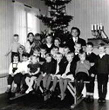 Julfest i missionshuset med julgran. Arnold står bakom barnen. Det är andra advent 1963.