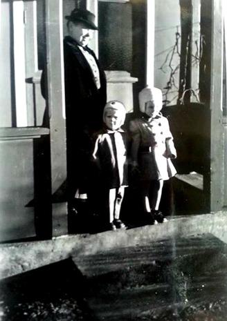 """Solveig Ahlanders bror Eiler och Solveig tillsammans med Augusta Roth, """"Datti"""", som bodde i huset nedanför missionshuset - Melltorp - på hennes veranda, där hon brukade sitta. Verandan togs bort 1961."""