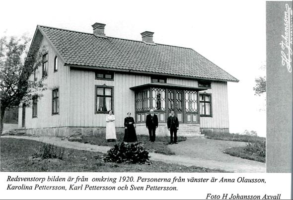 Före 1920 nybyggt bostadshus ett stycke från äldre husplats med nygrusade gångar. Bild Varnhemsbygden 2006/Alf Hansson. Karl Pettersson hemmansägare friköpte Redsvenstorp och byggde. Dör 25/5 1920.