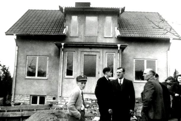 Lövberga 1949 nybyggt reverterat hus. Karl och Sven hjälpte Henning att snabbt få upp ett hus på platsen för det nedbrunna huset. Foto från Sten Lövgrens album, Kungälv
