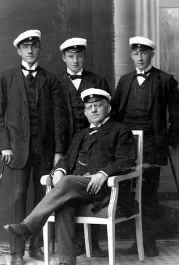 Västergötlands Museum - bildarkivet; bildnummer: B145164:95 Fotograf: K. G. Andersson  Bildtext: Kyrkoherde Armand von Sydow, Varnhem, med sönerna Kristian, Herbert och Kurt.